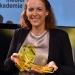 Britta Meixner (2. Preis) mit der Preistrophäe