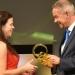 Carola Mayr erhält den 1. Preis von NDR-Intendant Lutz Marmor