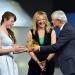 Carolin Schramm ,Gewinnerin des 1. Preises (l.) erhält die Preistrophäea aus der Hand von Andreas Bereczky (ZDF). In der Mitte ie Moderatorin Anja Koebel (MDR).