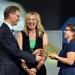 Ulrich Liebenow (MDR, l.) überreicht den 2. Preis an die Preisträgerin Kristina Mohr (r.). Dazwischen Moderatorin Anja Koebel.