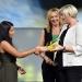 Anna-Maria Daschner (l.) erhält den 3. Preis aus den Händen von Ulrike Klee (SWR, r.). In der Mitte Moderatorin Anja Koebel.