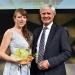 Carolin Schramm, Gewinnerin des 1. Preises (l.)  mit dem Preisüberreichenden Andreas Bereczky (ZDF)